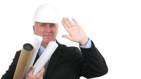Presentabele en zekere zakenman die helmglimlach en begroeting met hand dragen stock footage