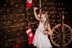 Presentación año del bebé 4-5 en sitio sobre el árbol de navidad con las decoraciones mirada de la cámara Feliz Navidad El Dr. el Imágenes de archivo libres de regalías