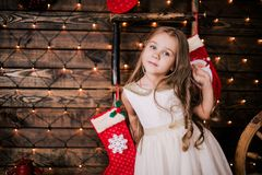 Presentación año del bebé 4-5 en sitio sobre el árbol de navidad con las decoraciones mirada de la cámara Feliz Navidad El Dr. el Fotos de archivo libres de regalías