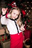 Presentación año del bebé 4-5 en sitio sobre el árbol de navidad con las decoraciones mirada de la cámara Feliz Navidad El Dr. el Fotos de archivo