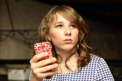 Presentación adolescente con un smartphone Fotos de archivo libres de regalías