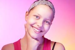 Presentación adolescente feliz de la muchacha Fotografía de archivo libre de regalías