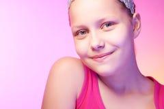 Presentación adolescente feliz de la muchacha Imágenes de archivo libres de regalías