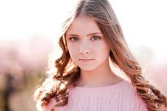Presentación adolescente hermosa al aire libre Foto de archivo libre de regalías