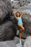 Presentación adolescente joven en piedras en la moda del mar Imagen de archivo libre de regalías