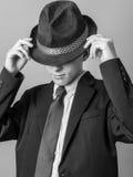 Presentación adolescente joven en sombrero, juego y lazo Imágenes de archivo libres de regalías