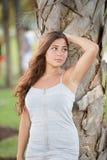 Presentación adolescente joven por un árbol en el parque Fotos de archivo