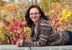 Presentación adolescente sonriente en una repisa Fotos de archivo