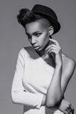 Presentación africana americana hermosa de la muchacha Fotografía de archivo