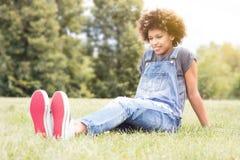 Presentación afroamericana joven de la muchacha al aire libre Imagen de archivo libre de regalías