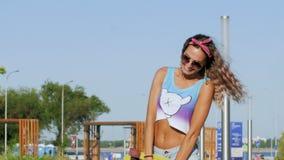 Presentación al aire libre de la mujer sonriente hermosa del patinador metrajes
