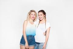 Presentación alegre de dos chicas jóvenes Fotografía de archivo