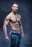 Presentación apuesta del bodybuilder Imágenes de archivo libres de regalías