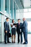 Presentación asiática del equipo del negocio en la tableta Imagenes de archivo