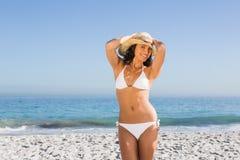 Presentación atractiva alegre del sombrero de paja de la mujer que lleva joven Fotos de archivo