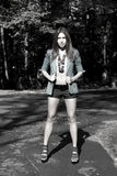 Presentación atractiva de la muchacha al aire libre Foto de archivo