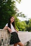 Presentación atractiva de la muchacha al aire libre Imagen de archivo libre de regalías