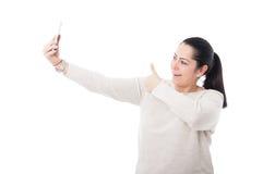 Presentación bastante femenina alegre en su smartphone Imagenes de archivo