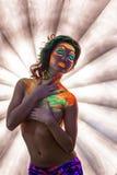 Presentación bonita de la muchacha con las tetas al aire con maquillaje fluorescente Imagenes de archivo