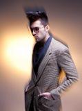 Presentación casual vestida modelo del hombre de la moda dramática Imagenes de archivo