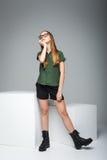 Presentación con gafas linda joven de la muchacha Imagen de archivo
