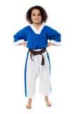 Presentación confiada joven del niño del karate Fotos de archivo