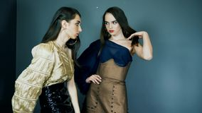 Presentación de la colección, modelos con maquillaje expresivo y elegante en la ropa que presenta en el estudio en sesión fotográ metrajes