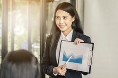 Presentación de la conferencia de las mujeres de negocios con el entrenamiento del equipo imagenes de archivo