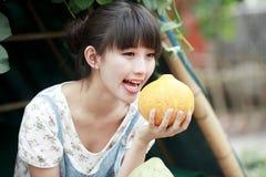 Presentación de la muchacha de Asia al aire libre fotos de archivo