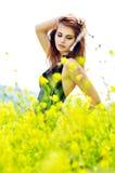Presentación de la muchacha en flores amarillas Fotos de archivo libres de regalías