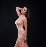 Presentación de la muchacha en un vestido rosado Foto de archivo libre de regalías