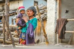 Presentación de la mujer con el niño en Nepal Foto de archivo