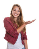 Presentación de la mujer joven con el pelo rubio Fotos de archivo
