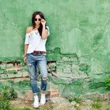 Presentación de la mujer joven de la moda al aire libre Imagen de archivo libre de regalías