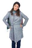 Presentación de la ropa del invierno de la morenita que lleva bonita seria Imágenes de archivo libres de regalías