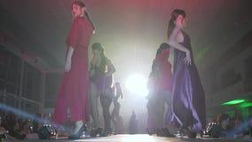 Presentación de la ropa interior y de los vestidos del diseñador para las mujeres en el podio en semana de la moda almacen de metraje de vídeo
