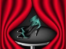 Presentación de las sandalias azules de la aguamarina con los tacones altos Imagen de archivo