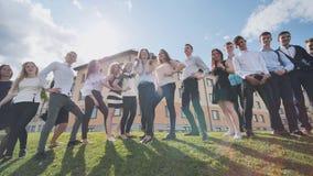Presentación de los estudiantes de la High School secundaria contra la perspectiva de su escuela Alumnos rusos Tiroteo en el movi almacen de metraje de vídeo