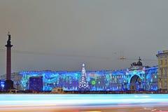 Presentación de luz láser en cuadrado del palacio en noche del invierno Imágenes de archivo libres de regalías