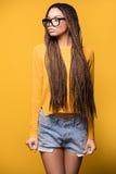 Presentación de moda de la chica joven Foto de archivo