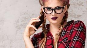 Presentación de moda joven de la muchacha Imagen de archivo libre de regalías