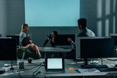 presentación de observación de la gente en oficina en la noche fotografía de archivo libre de regalías