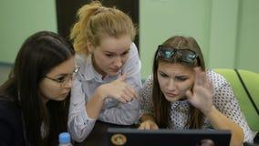 Presentación de proyectos en la sala de conferencias Los estudiantes jovenes ven sus proyectos educativos metrajes