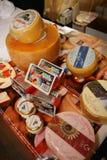 Presentación de quesos en una exposición del negocio de fabricantes y de proveedores de vinos y de la comida italianos vinitaly Fotografía de archivo libre de regalías
