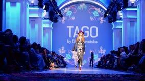 Presentación de TAGO (Olga NAVROTSKA), semana ucraniana 2015 de la moda, almacen de metraje de vídeo