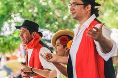 Presentación de un grupo Projecao de la danza multicultural imagen de archivo