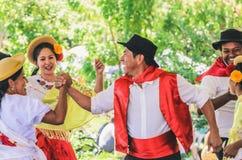 Presentación de un grupo Projecao de la danza multicultural fotos de archivo