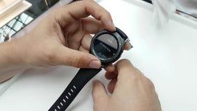 Presentación de un nuevo reloj elegante en la tienda de la marca de Samsung metrajes