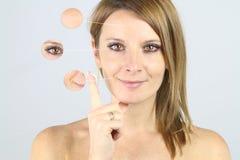 Presentación de una crema anti de la arruga imagen de archivo
