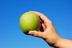 Presentación de una manzana foto de archivo